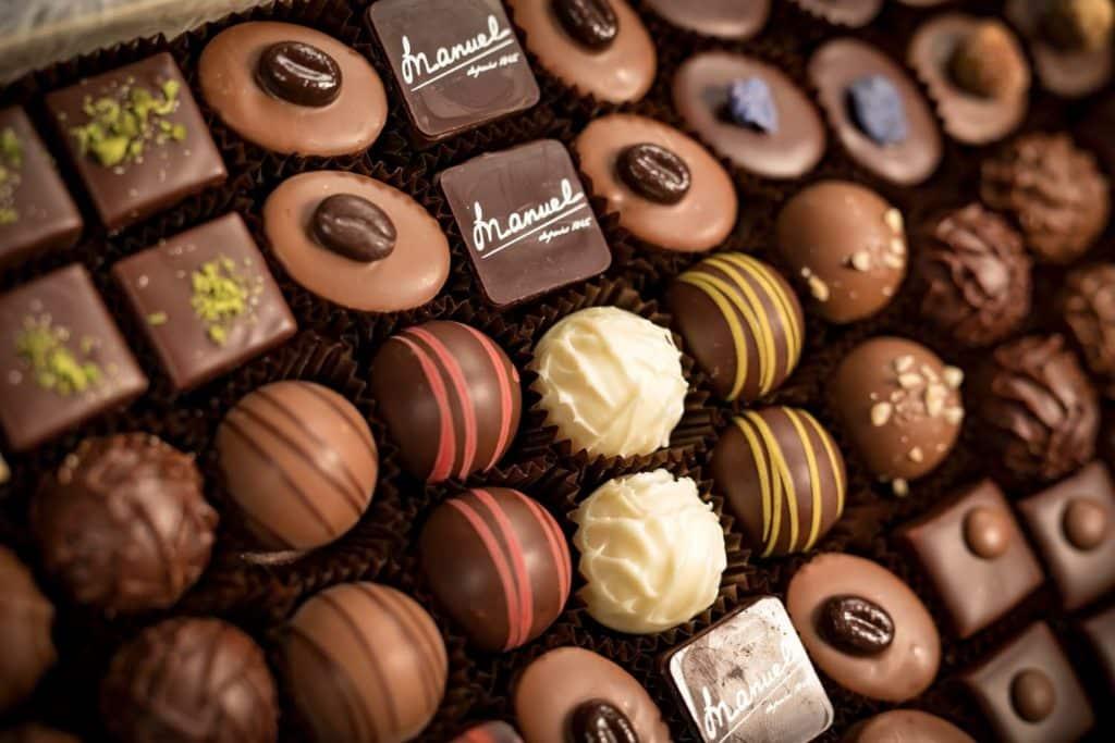 Assortiment-artisanal-pralines-truffes-chocolats-suisse-MANUEL-01