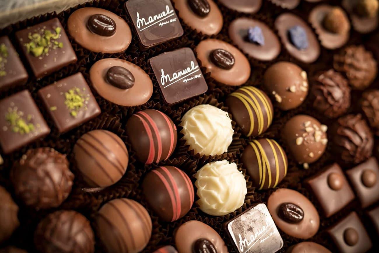 Assortiment-artisanal-pralines-truffes-chocolats-suisses-MANUEL