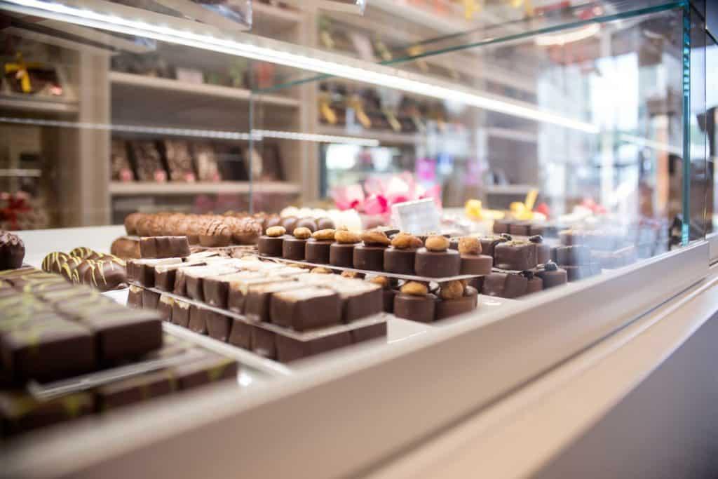 Magasin-Bourg-Lausanne-vitrine-pralines-truffes-chocolats-MANUEL-01