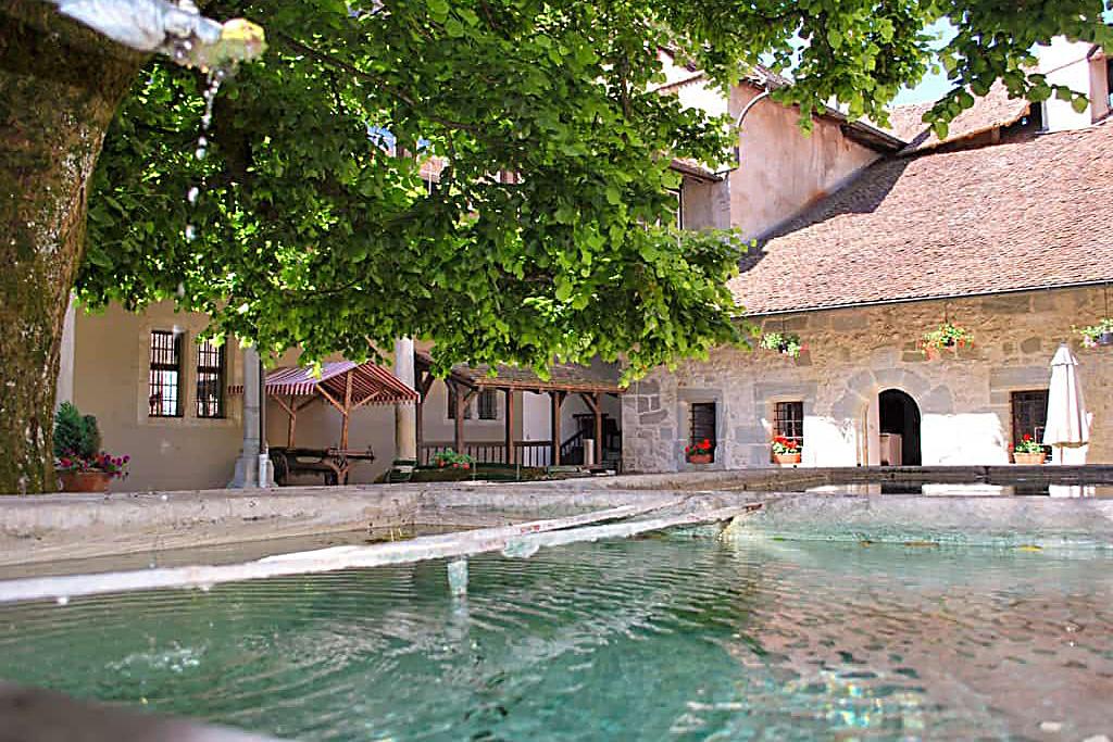 Chateau de Lucens - Cours exterieure